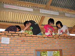 ラオスの学校建設を行う未来塾生