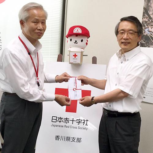 日本赤十字社香川県支部へ寄付金を渡す様子の写真