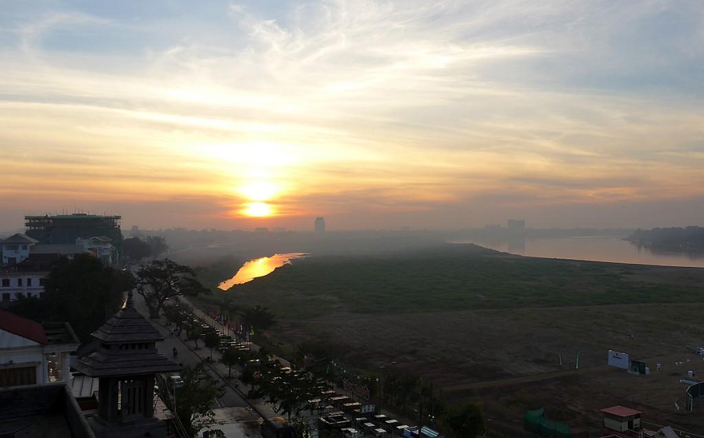 メコン川に昇る朝日 in LAOS